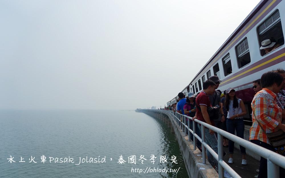 泰國│冬季限定鐵路旅行,Pa Sak Jolasid Dam華富里水上火車與向日葵花海